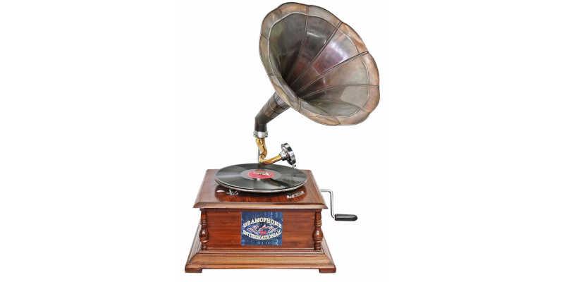 Réplica de gramófono antiguo en funcionamiento